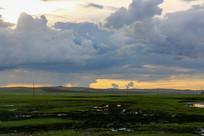 雨后云层重叠下的呼伦贝尔大草原