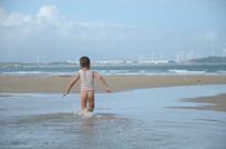海边戏水的孩子