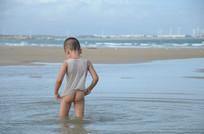海水里湿透衣服的小孩