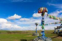 蓝天白云下的蒙古敖包
