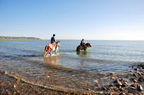 青海湖边骑马人