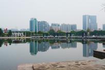 广场湖面的城市倒影