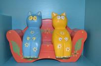 两只猫坐沙发上的雕刻品