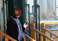 女孩出火车站写真