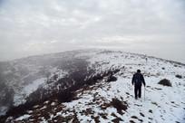 太行雪山顶上行走的驴友