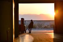 车间大门口正在拉车的工人