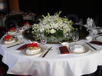 摆着白百合的漂亮餐桌