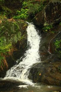 山谷中的溪流