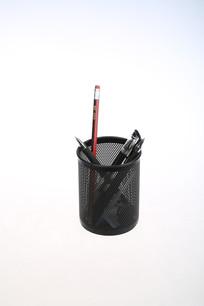 一个装满笔的笔筒