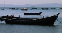海面小船图片