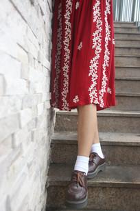 穿红裙子的女生