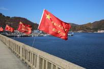 丹东下河口断桥飘扬的红旗