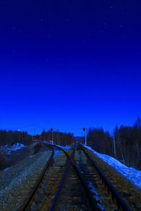 北纬50度星空下的铁路