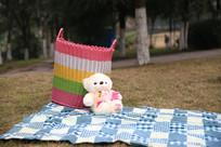 草坪上的布娃娃