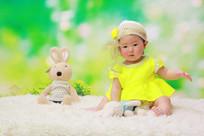 穿着绿色裙子的宝宝