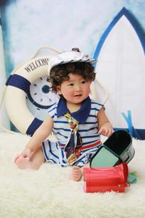 戴海军帽憨笑的宝宝