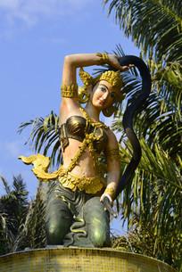 傣族持蛇女神塑像特写