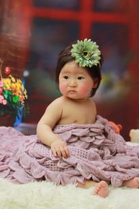 头上戴着花眺望远方的宝宝