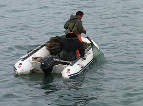 渔民撒网图片