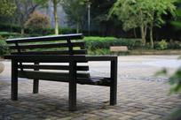 广场旁边供人休闲的椅子