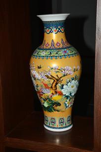 菊花花鸟纹瓷瓶