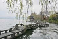 西湖水上石亭