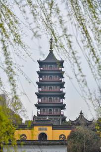 杨柳间的壕股塔