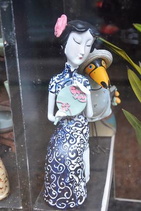 雕塑执扇女人像