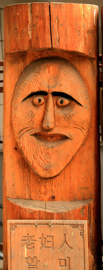 圆木雕刻老妇人图片