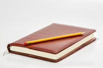 白色桌面的笔记本