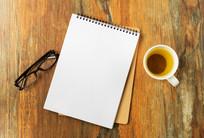 办公桌上的笔记本和茶杯