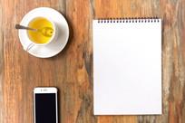 笔记本茶杯和手机