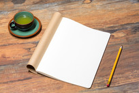 笔记本和绿色茶杯