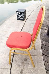 湖边的椅子