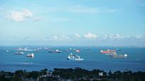 蓝天白云下的海港