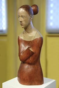 木雕红衣女子
