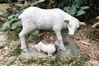 喂奶的母羊雕塑