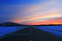雪原柏油公路夕阳
