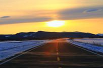 雪原公路落日风景