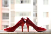 婚礼上的红色水晶高跟鞋