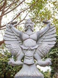 人头鹰神雕塑