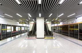 无人的地铁站月台