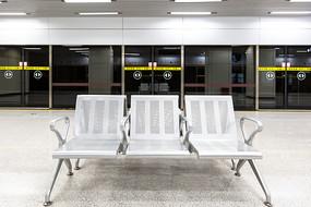 无人的地铁站座椅