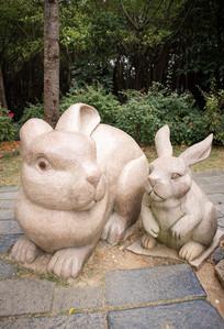 小兔子和兔爸爸雕塑