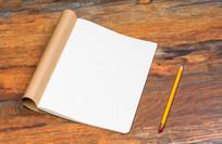 办公桌上的空白笔记本和铅笔