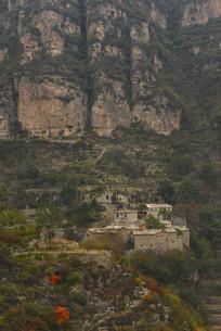 背靠大山的石板民宅