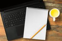 笔记本上电脑上放着本子