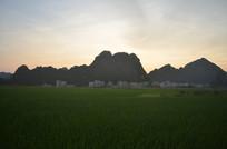 高山日落田野风景图片