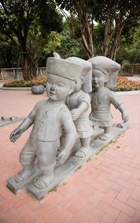 三人木板鞋雕塑