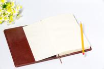 白色背景的红色笔记本